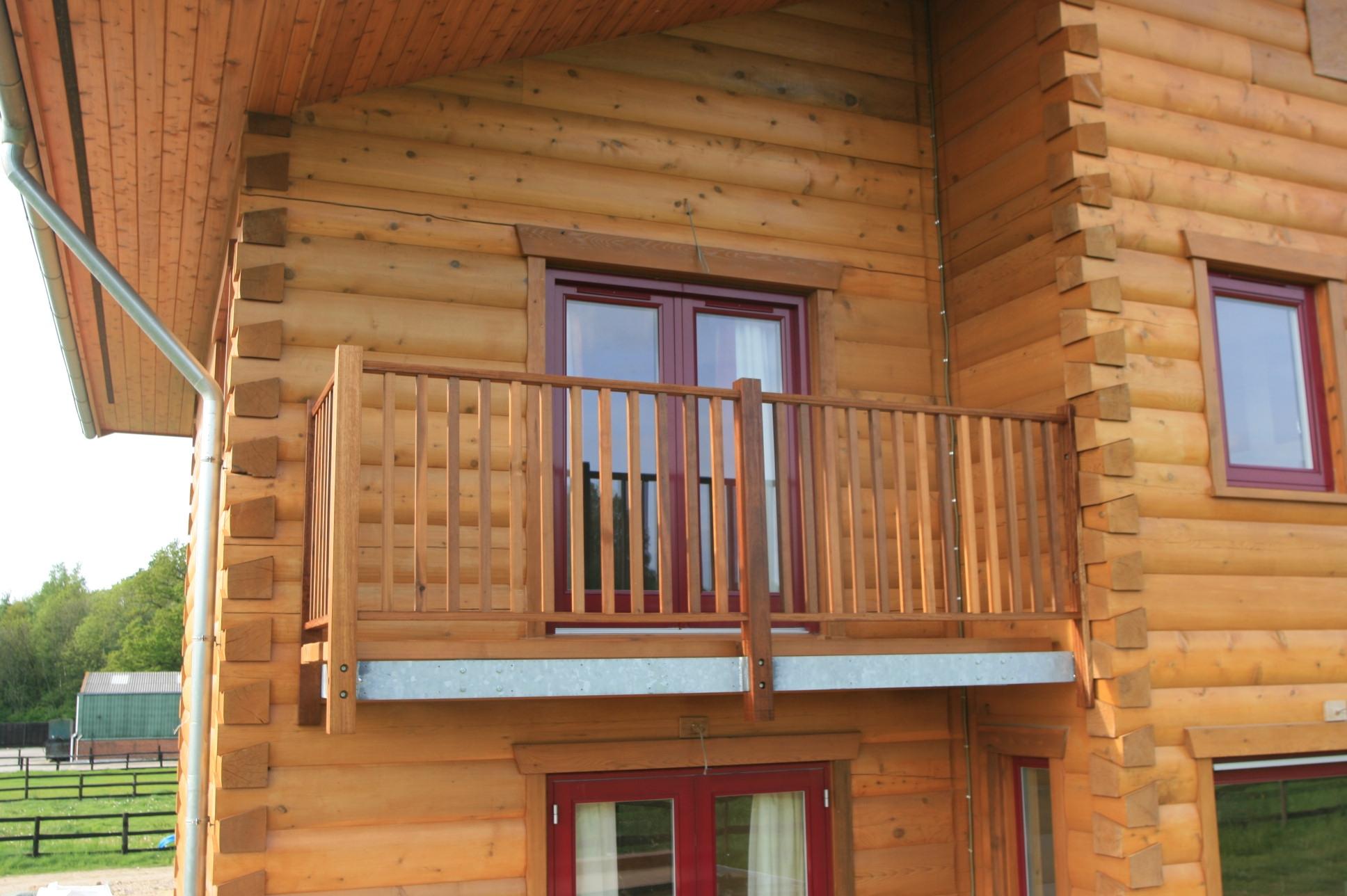 Балкон в частном доме - фото разнообразных конструкций.