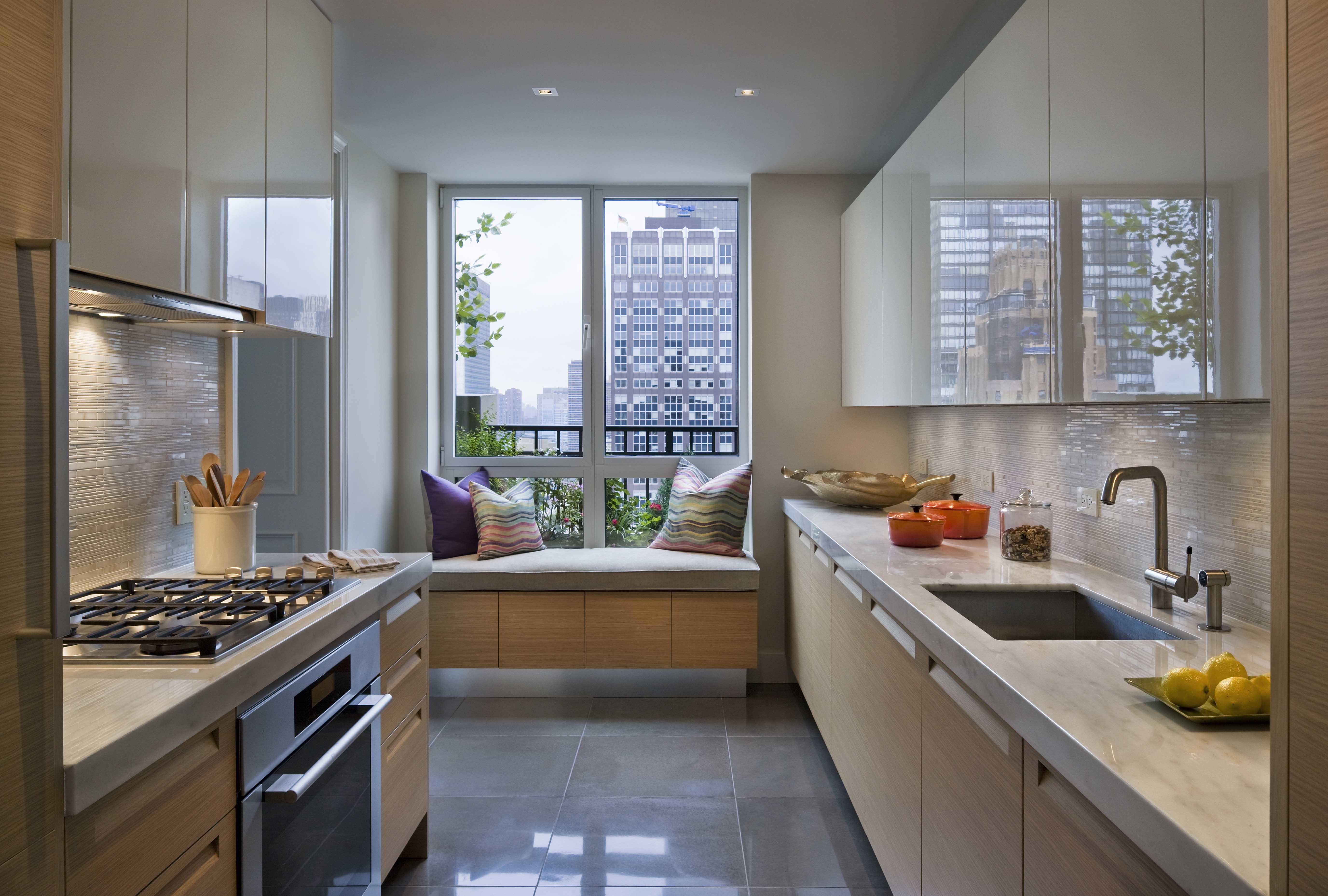 """Дизайн интерьера кухни с окном """" современный дизайн."""