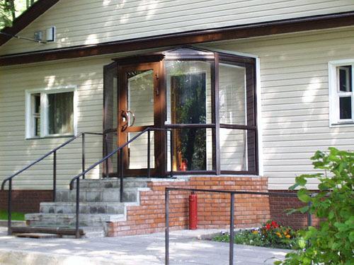 тамбур перед входной дверью в дом