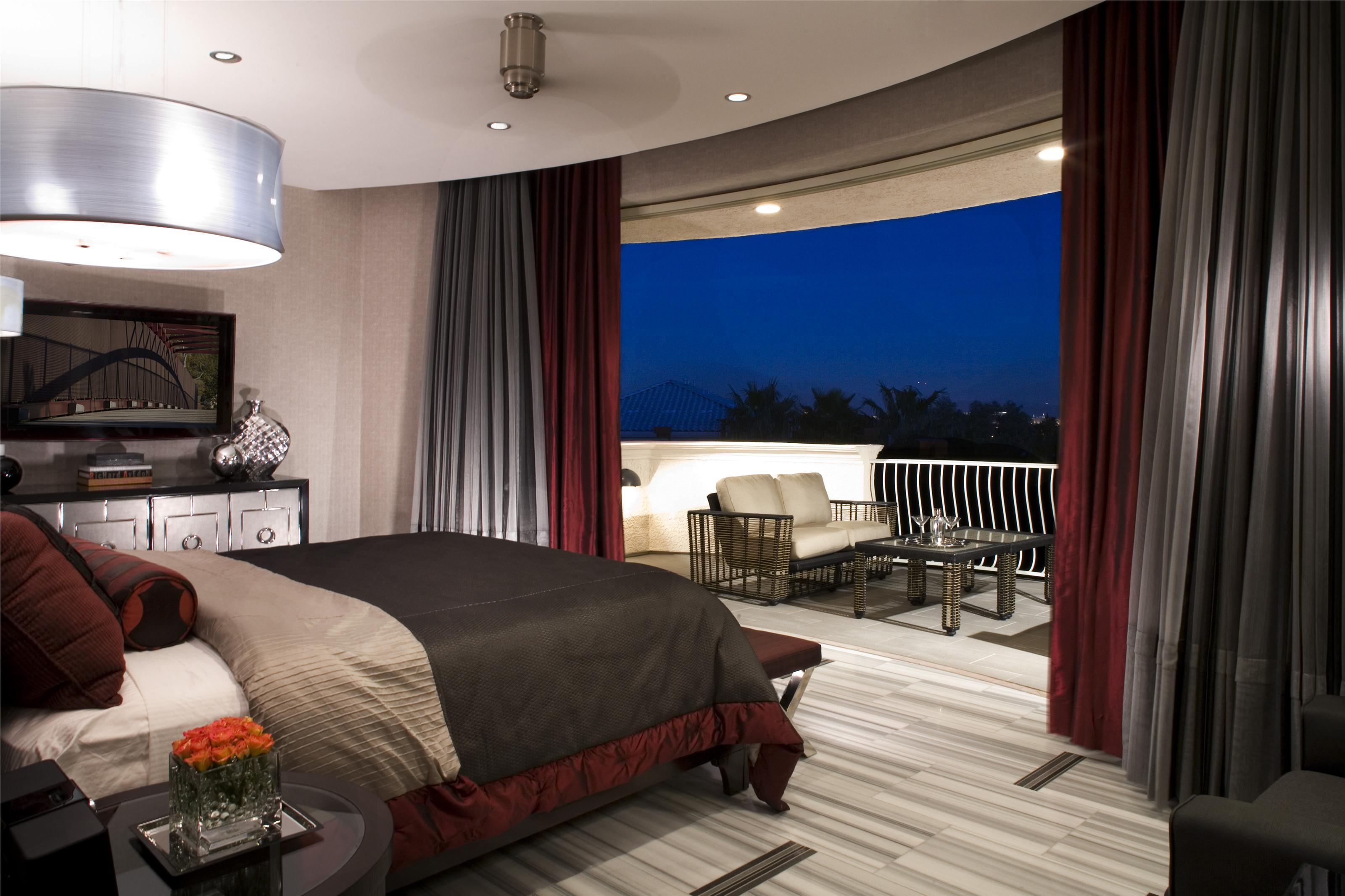 Спальни с романтическим красным цветом.