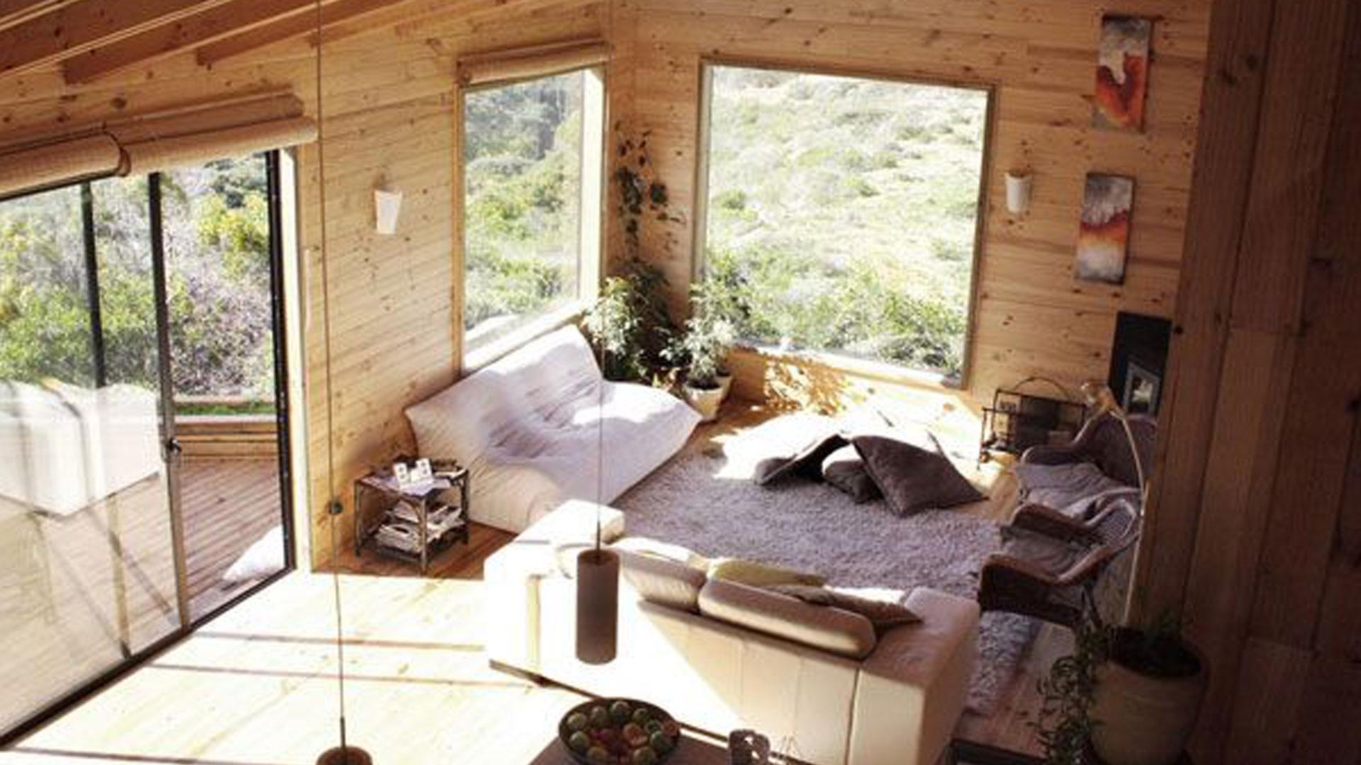 Интерьер загородного деревянного дома.