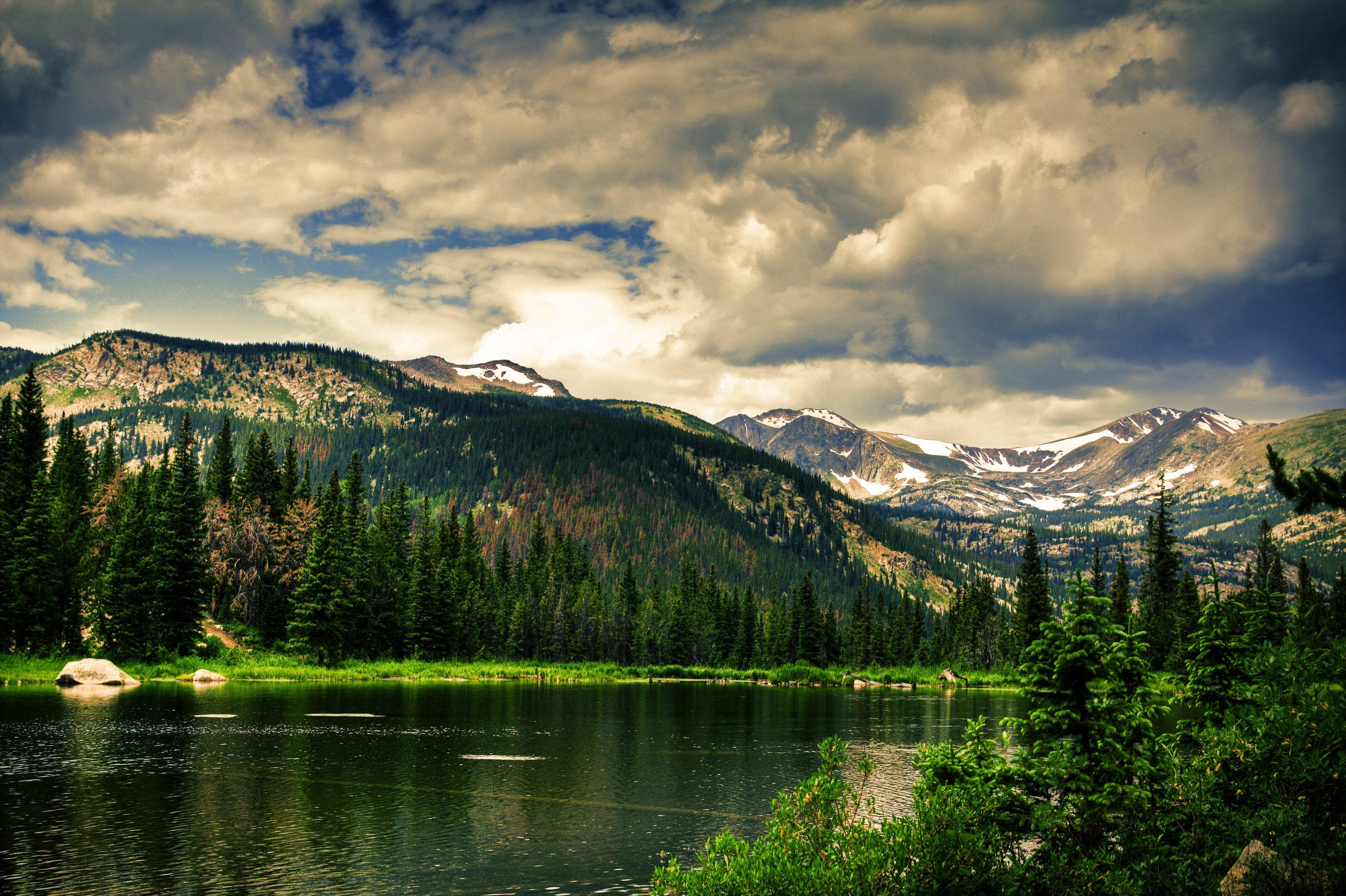 Гора озера зелень леса с высоты бесплатно