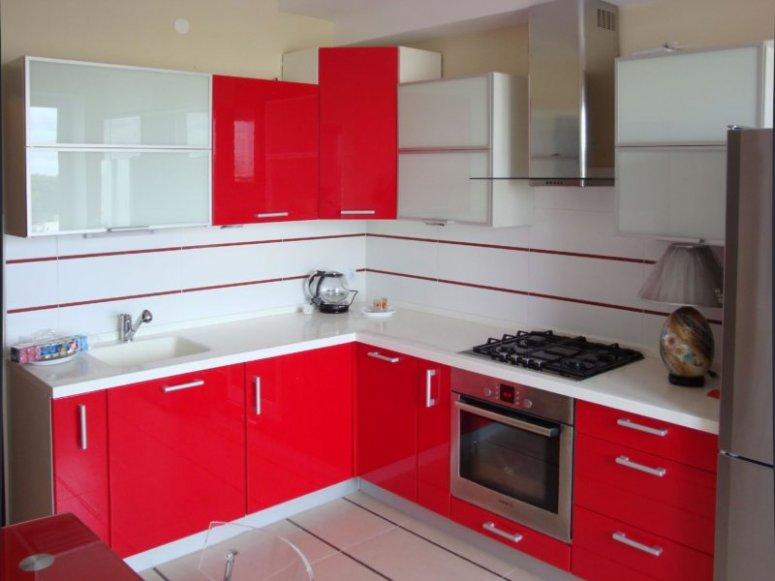 Красная кухня - отличное решение для современного интерьера