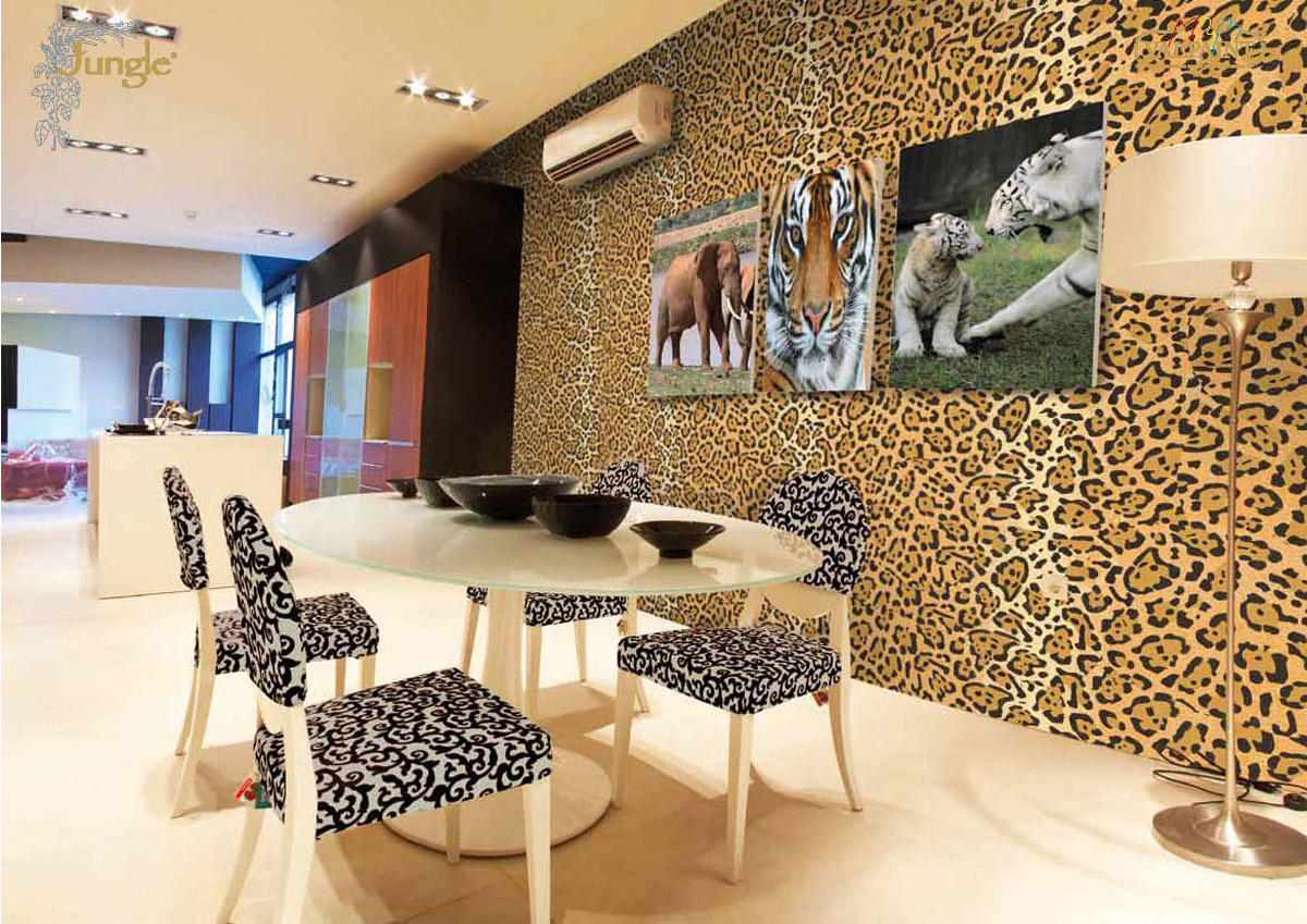 Интерьер с леопардовыми обоями