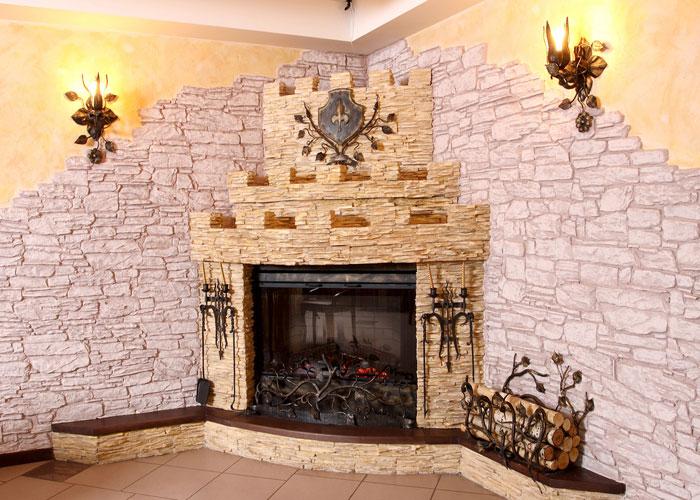 Декоративный угловой камин в интерьере гостиной фото