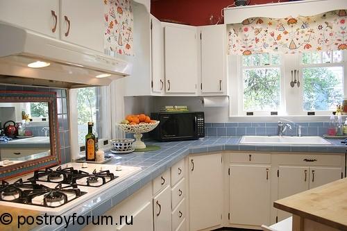 Дизайн кухни с двумя окнами в частном доме