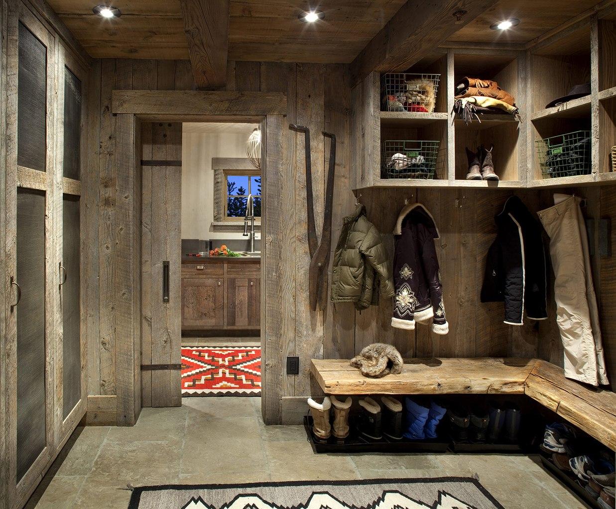 Дизайн прихожей в деревенском доме фото простые