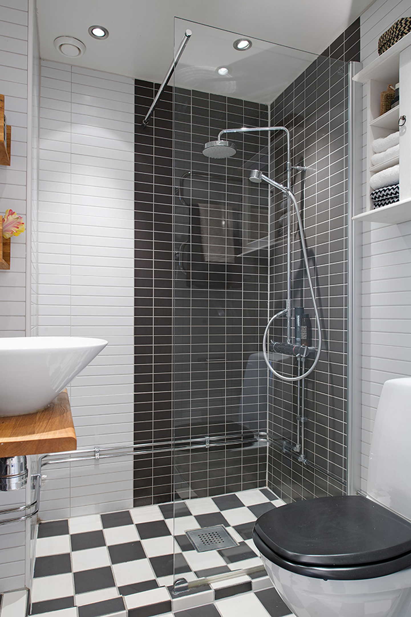 Дизайн маленькой ванной комнаты с душевым уголком