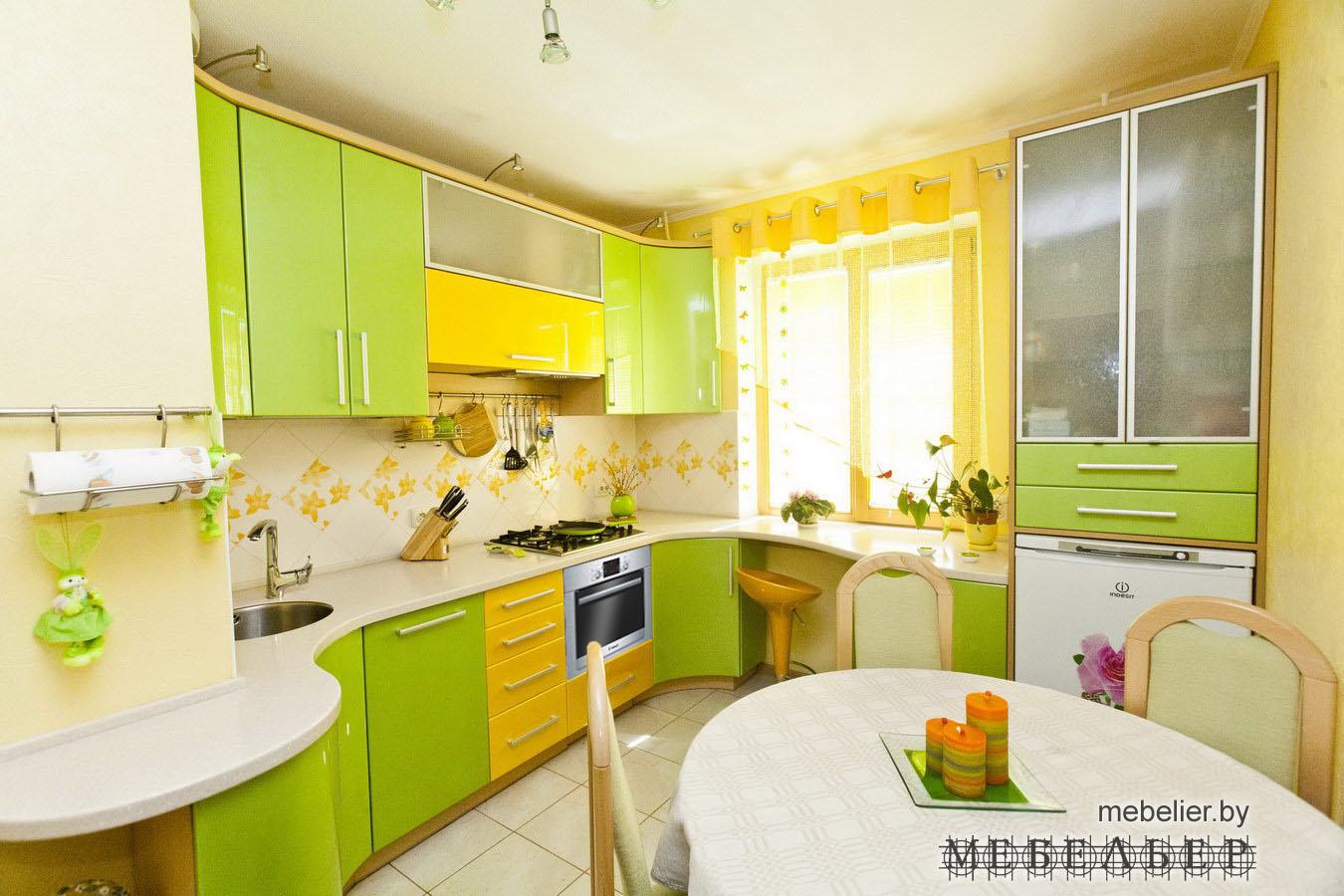 Дизайн небольшой кухни в цветах с
