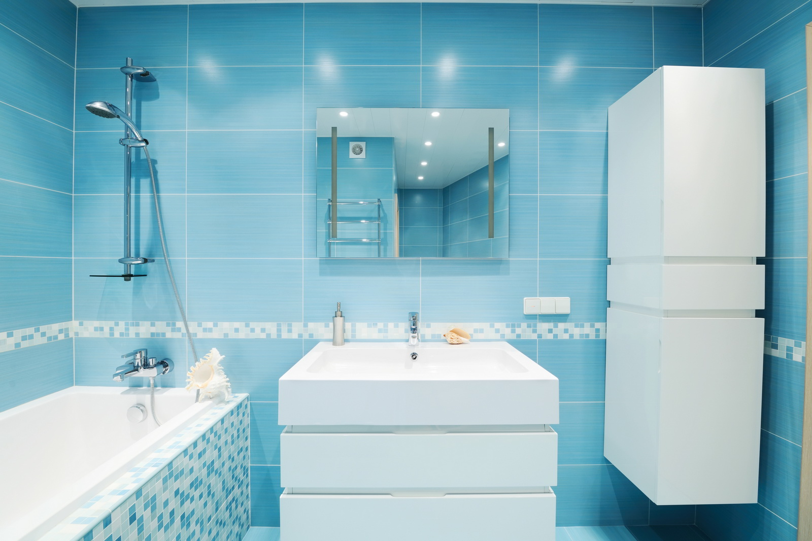 Дизайн маленькой ванной комнаты в голубых тонах