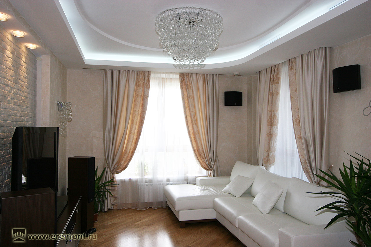 Дизайн гостиной с 3 окнами