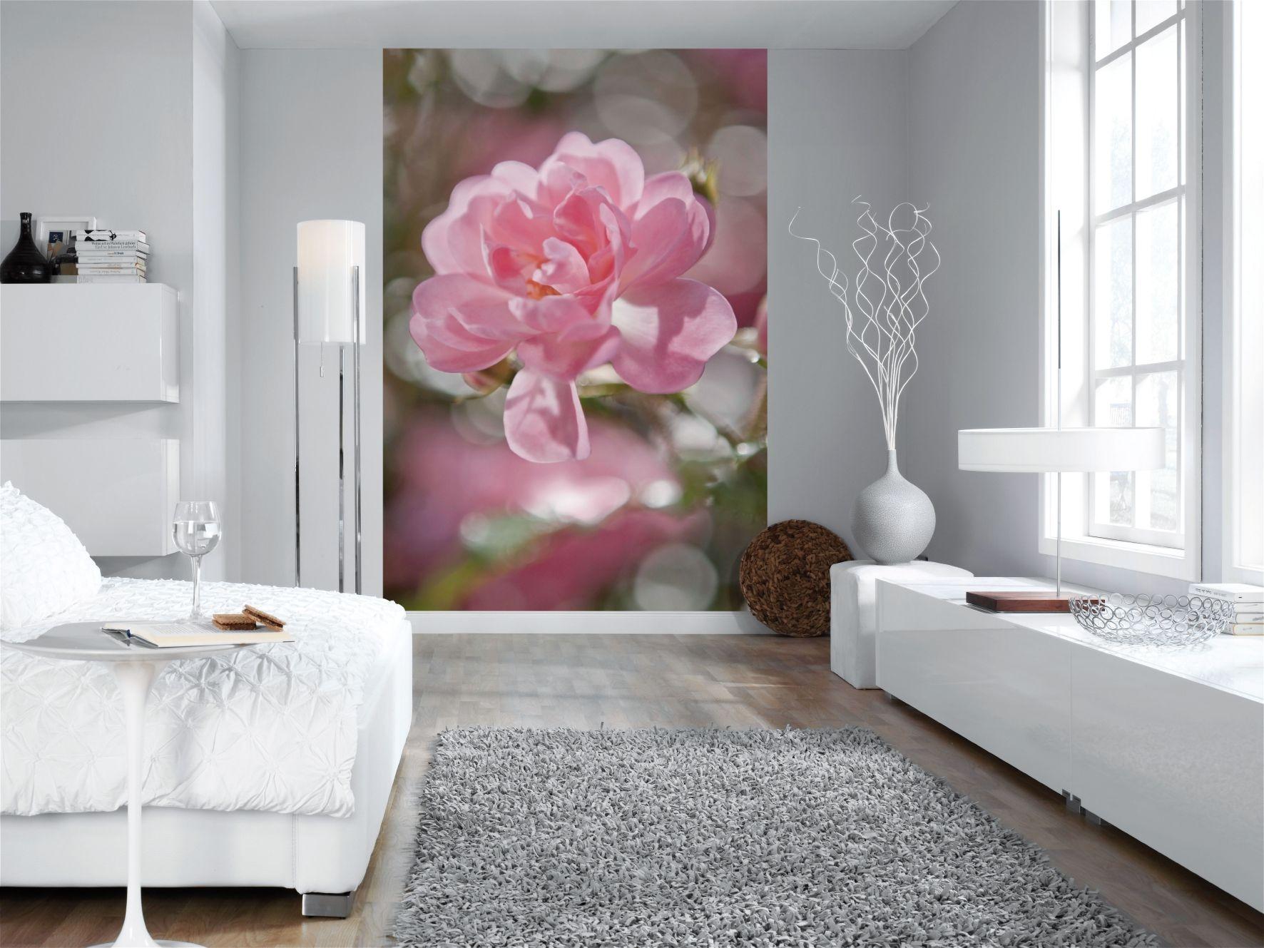 Цветы на стене в интерьере в спальне