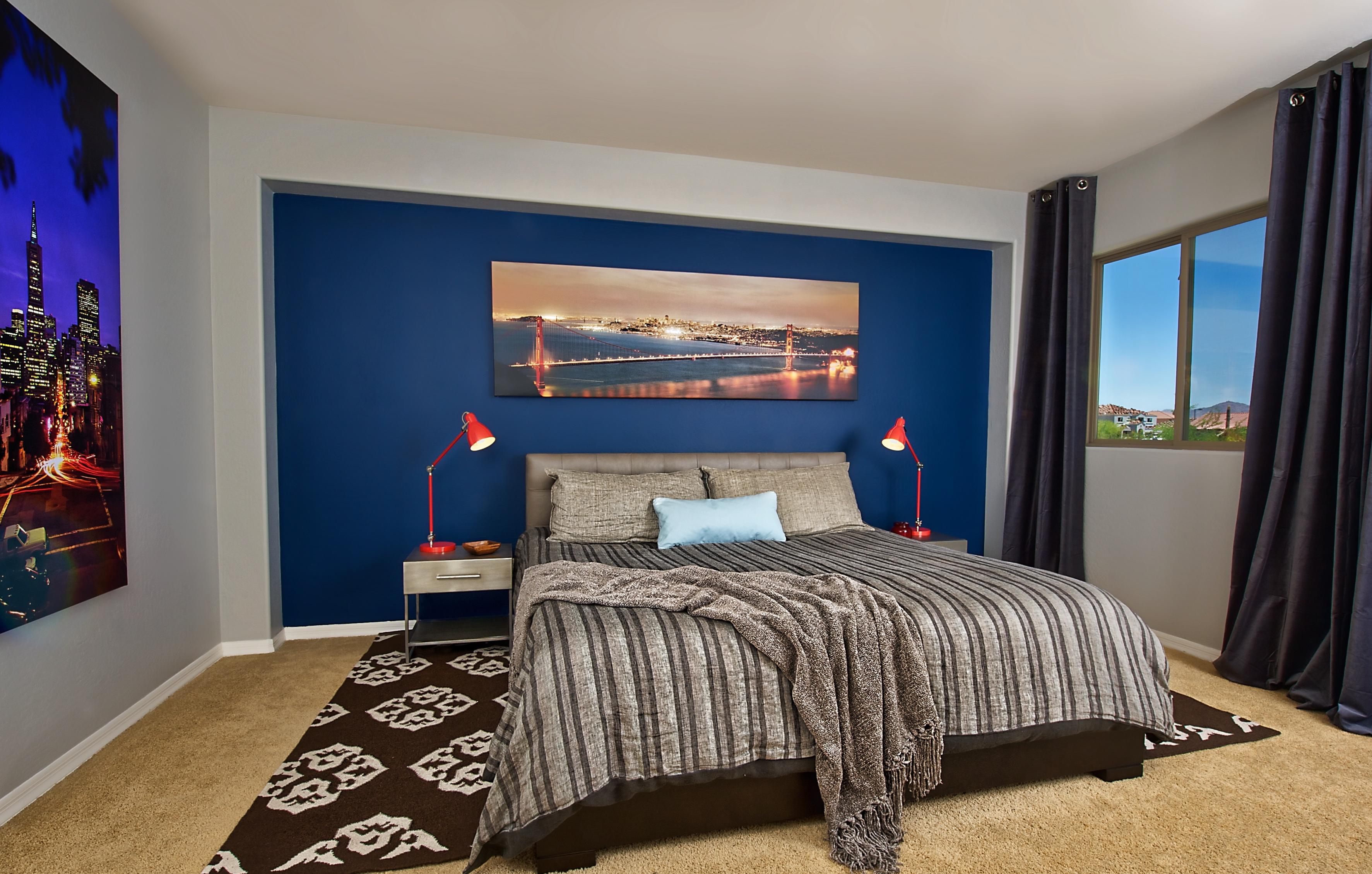 Интерьер комнаты с синими обоями фото