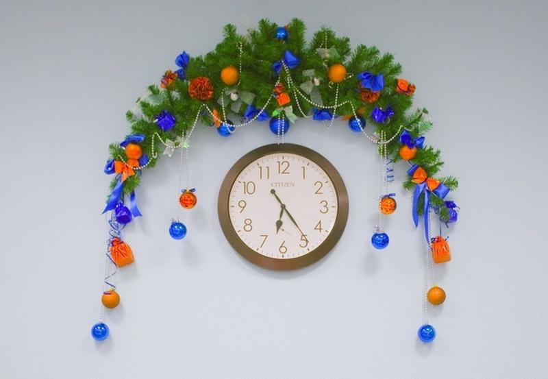 Как украсить часы на новый год своими руками