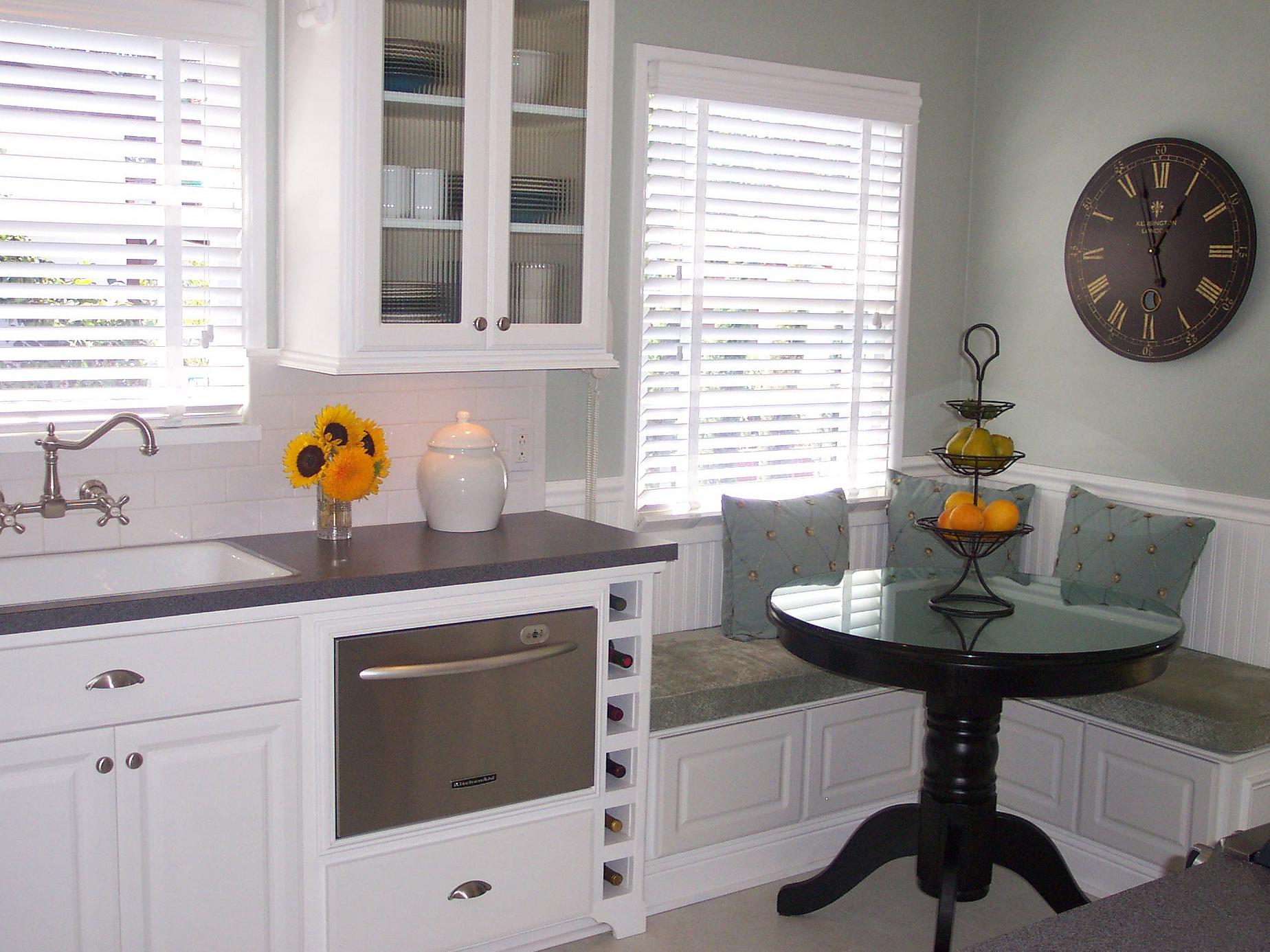 Дизайн кухни с мягким уголком