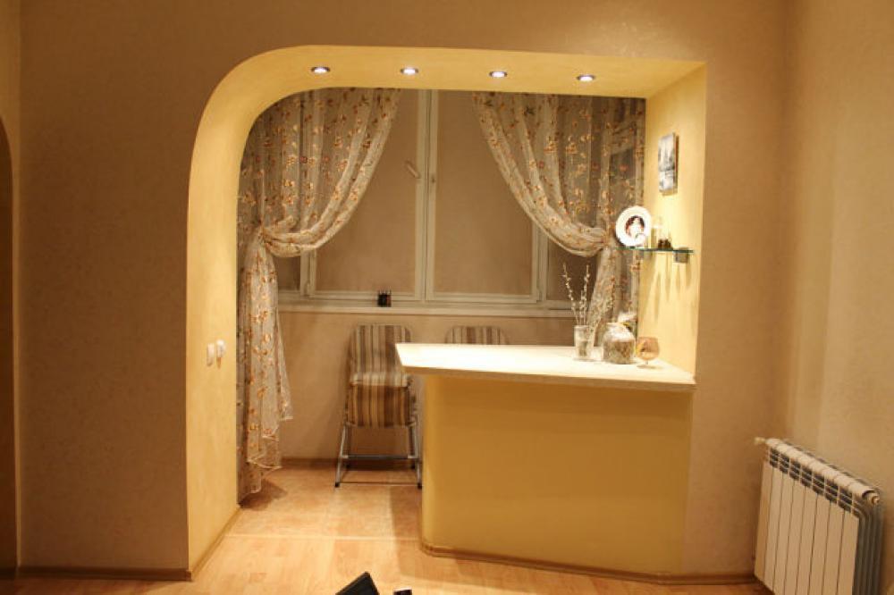 Фото дизайна зала с балконом в хрущевке.