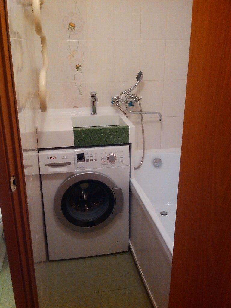 Как в маленькой ванной разместить стиралку
