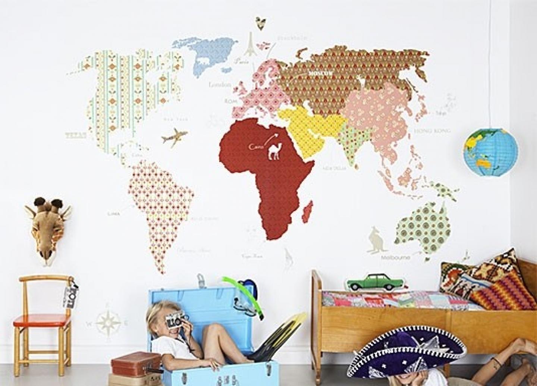Дизайн с картой мира на стене