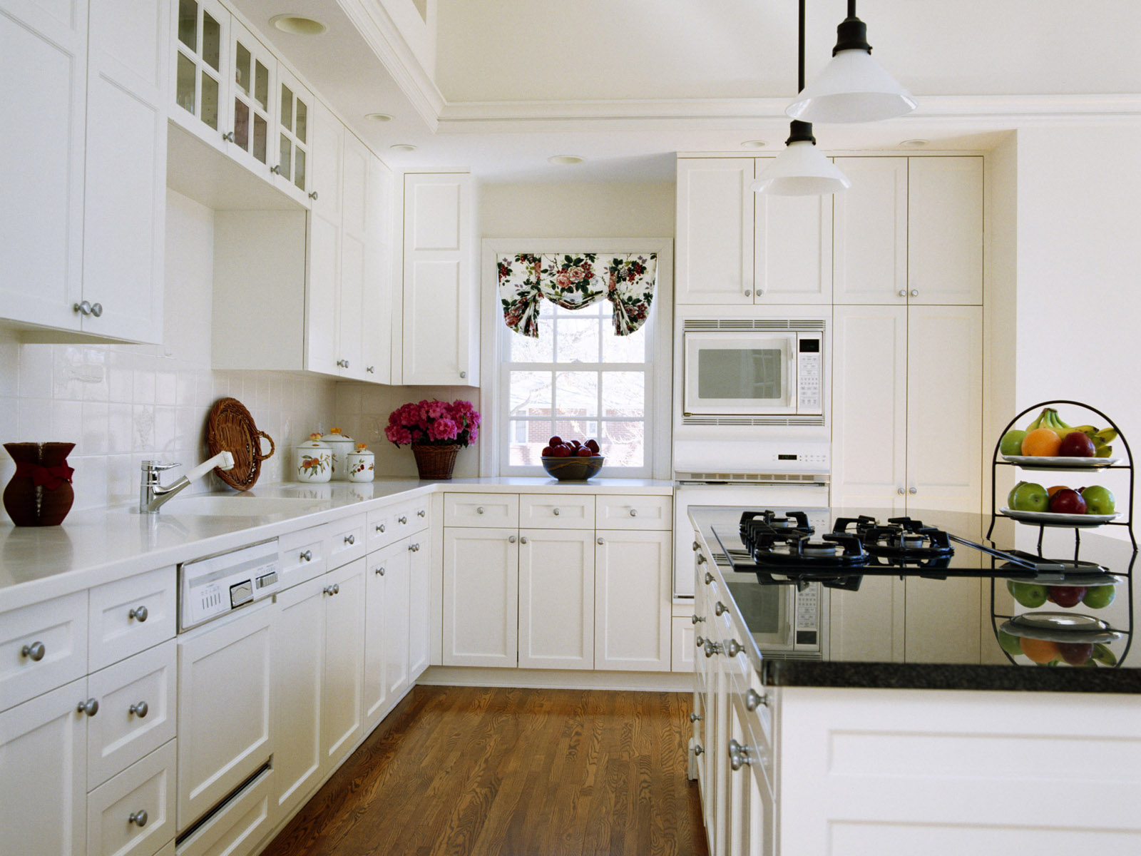 Интерьеры белых кухонь